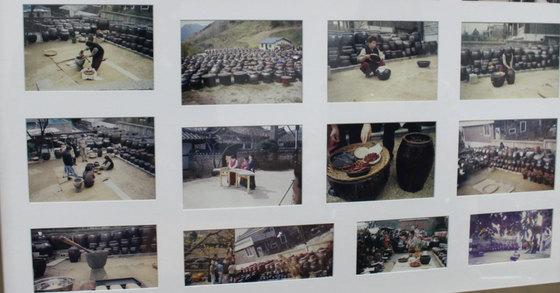 조숙자 할머니 자택 지하에 마련된 강의실에 걸린 과거 활동 사진 액자. 김민상 기자