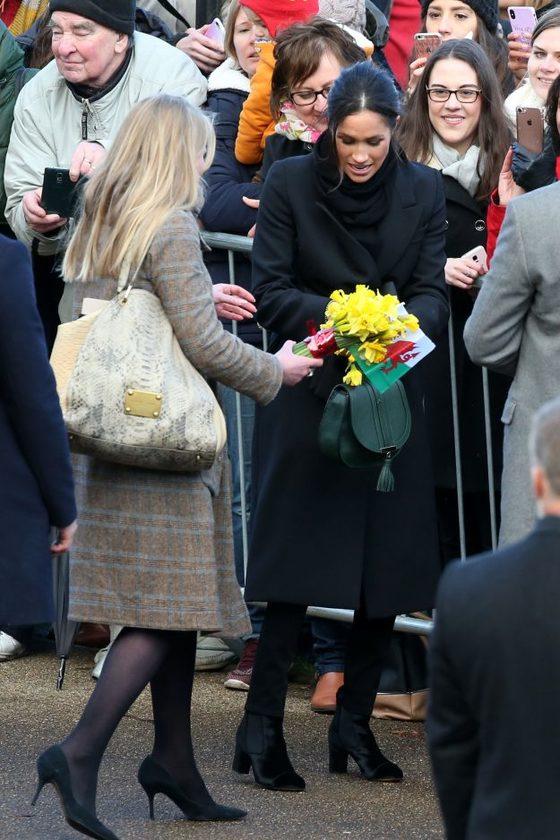 마클이 받은 선물과 꽃다발을 받아드는 에이미 피커릴(왼쪽).