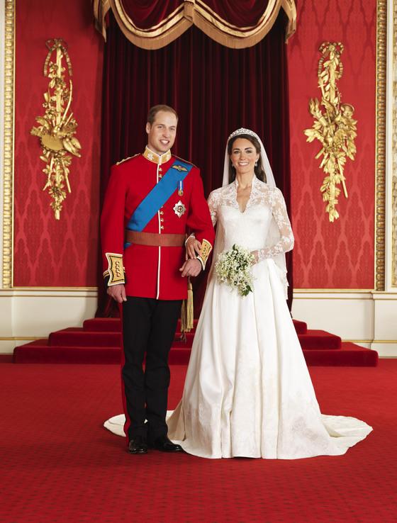 2011년 결혼식을 올린 윌리엄 왕세손(왼쪽)과 캐서린 미들턴 왕세손빈. 적극적으로 자선활동을 지원하는 두 사람은 동생 부부가 될 해리&마클의 롤모델이다.