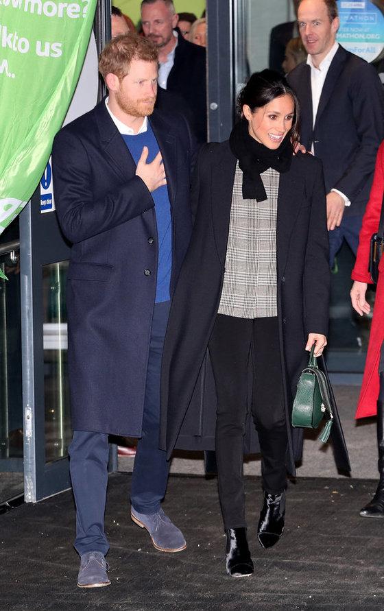 지난달 18일 웨일즈 지방의 카디프를 방문한 해리 왕자(왼쪽)과 메건 마클. 마클이 입고 있는 스키니 블랙데님이 '히우트 데님' 이다. 가격은 20~30만원대다.