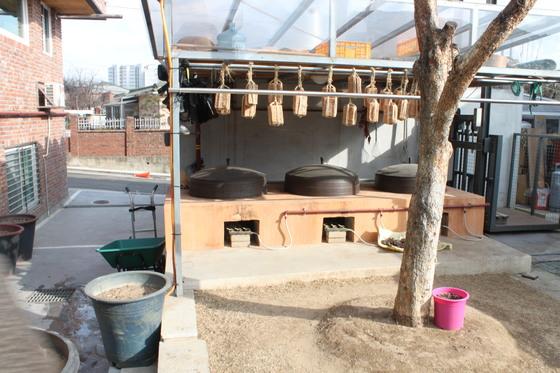 조숙자 할머니 자택에 마련된 메주와 아궁이. 매년 11월 여기서 메주를 쑨다. 김민상 기자