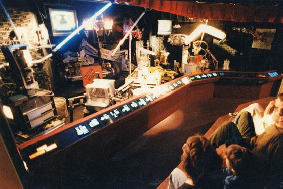 사이버민주주의 : 사이버민주주의의 기수 미첼 케이퍼가 거금을 지원하고 있는 보스턴의 명물 컴퓨터 박물관에서 관람객들이 컴퓨터의 내부구조를 보여주는 전시물을 살펴보고 있다.