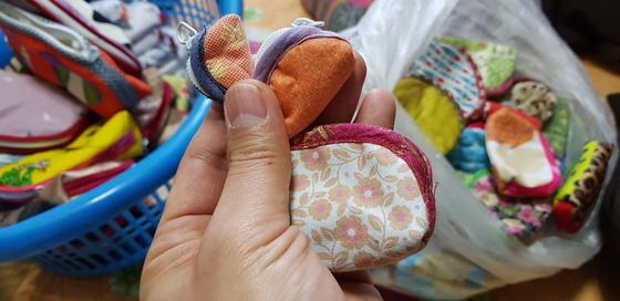 허우옥 할머니가 재봉틀을 사용해 직접 만든 작은 크기의 알록달록한 주머니. 신진호 기자