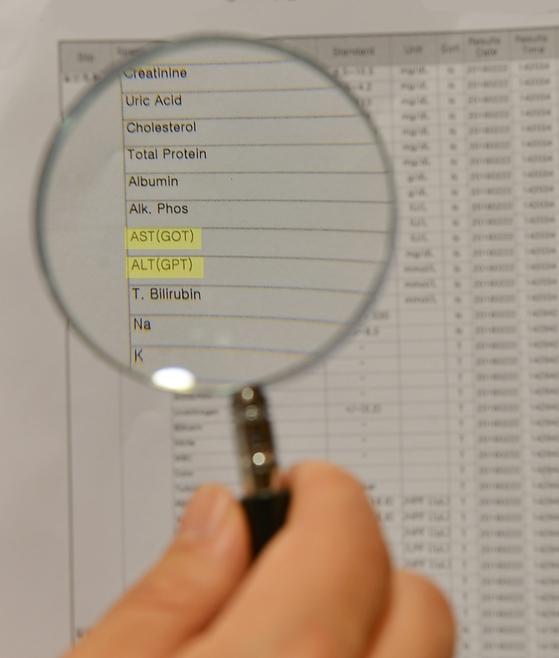 혈액검사에서 GOT, GPT로 표시하는 결과 수치는 간장에서 진행되는 효소 활동의 양을 나타낸 것이다. [중앙포토]