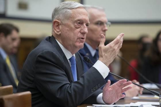 제임스 매티스 미 국방장관이 지난 6일 하원 군사위원회 2018년 핵태세보고서(NPR) 청문회에 출석해 발언하고 있다.[EPA=연합뉴스]