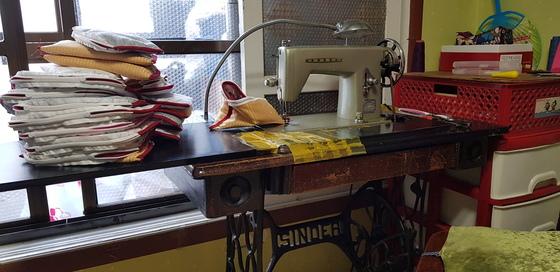허우옥 할머니가 17살때 5만환(당시 화폐)을 주고 구입한 재봉틀. 지난 세월의 흔적을 보여주듯 재봉틀에는 할머니의 손때가 고스란히 남아 있다. 신진호 기자