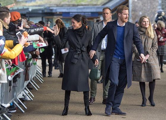 지난달 카디프를 방문한 해리 왕자(가운데)와 메건 마클에 동행한 에이미 피커릴(맨 오른쪽).