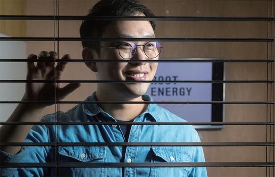 지난 1월 22일 서울 성수동의 루트에너지 사무실에서 만난 윤태환 대표가 재생에너지 시장의 미래 성장성을 설명하고 있다. / 사진:김현동 기자