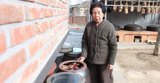 13일 오후 서울 강남구 세곡동 은곡마을 주택에서 서울시 장 담그기 전수자 조숙자 할머니가 간장을 소개하고 있다. 김민상 기자