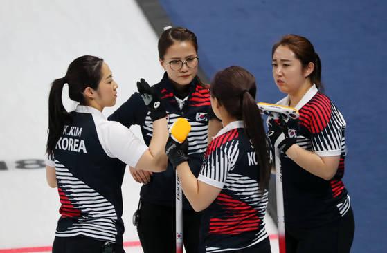 15일 강릉컬링센터에서 열린 여자 컬링 대한민국과 일본의 예선 경기에서 한국 선수들이 작전을 논의하고 있다. [강릉=연합뉴스ㅡ]