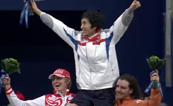 2010 밴쿠버 올림픽에서 금메달을 따낸 이승훈(가운데)을 무동태운 동메달리스트 밥데용(오른쪽)과 은메달리스트 이반 스콥레프(러시아). [밴쿠버올림픽 공식 유튜브 캡처]