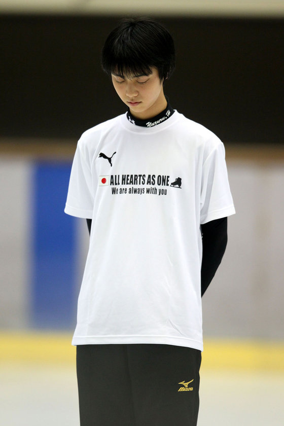 고베에서 열린 2011년 동일본대지진 자선쇼에 앞서 희생자들을 위해 묵념하는 하뉴 유즈루.