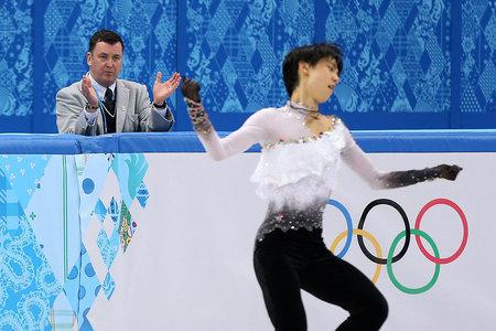 소치올림픽에서 브라이언 오서 코치가 지켜보는 가운데 연기하는 하뉴 유즈루.