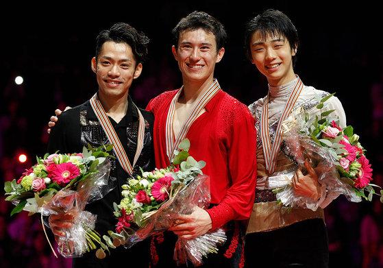 2012년 첫 시니어 무대에서 동메달을 목에 건 하뉴(오른쪽). 가운데는 패트릭 챈, 왼쪽은 다카하시 다이스케다.