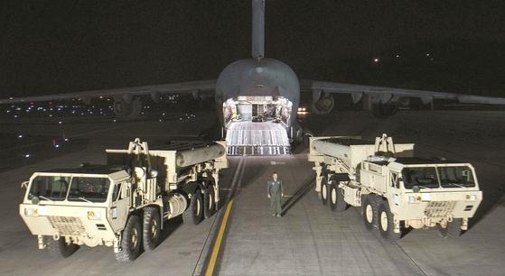 북한이 3월 6일 오전 미사일 도발을 감행했다. 같은 날 오후 10시 주한미군이 C-17 수송기에 싣고 온 고고도미사일방어(THAAD·사드) 체계의 요격미사일 발사대 2기 등을 오산 공군기지에 내리고 있다. [사진 주한미군]