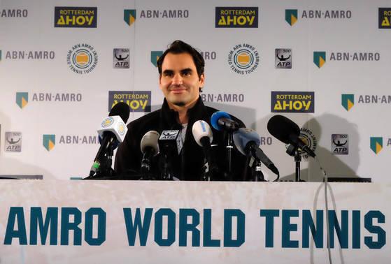 16일(현지시간) 네덜란드 로테르담에서 열린 남자프로테니스(ATP)투어 ABN암로 월드 토너먼트에 출전한 로저 페더러가 4강 진출을 확정한 뒤 언론 인터뷰를 하고 있다.[로테르담 AP=연합뉴스]