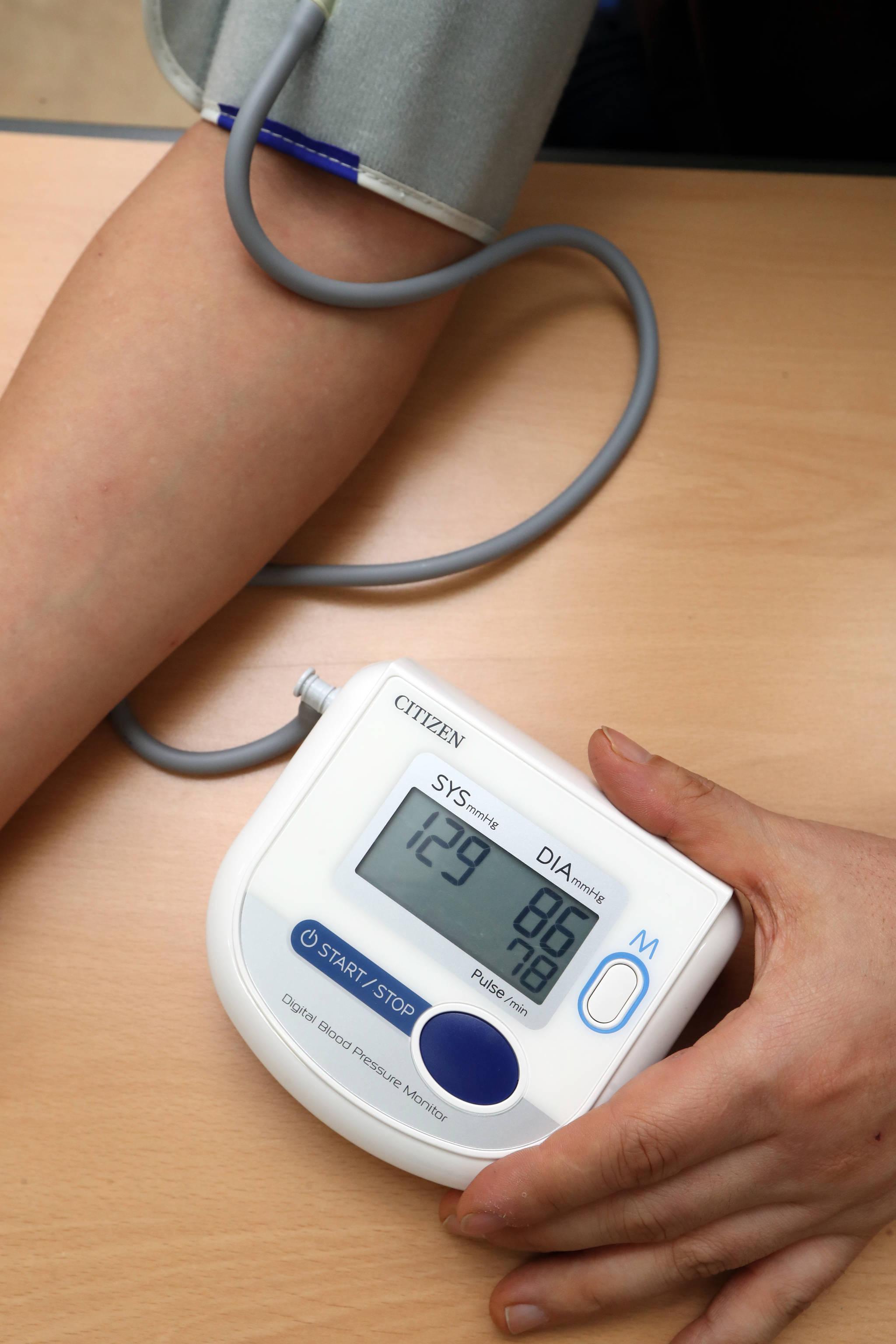 고혈압 환자가 가정용 혈압계로 혈압을 체크하고 있다. [중앙포토]
