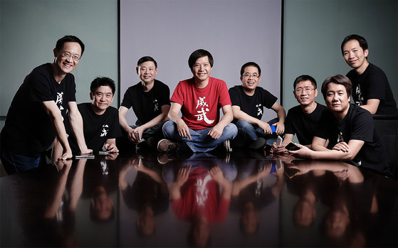 샤오미 창업자 레이 쥔(가운데 붉은 티셔츠 입은 사람)과 주요 임원들.