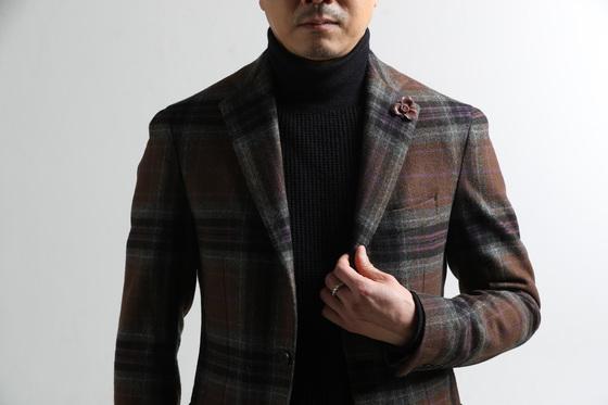 갘은 검정색 터틀넥 스웨터에 재킷만 바꿔 입었는데도 느낌이 확 달라졌다. 옷깃엔 체크 무늬에 있는 색과 같은 색의 작은 브로치를 달아 화사한 느낌을 줬다.