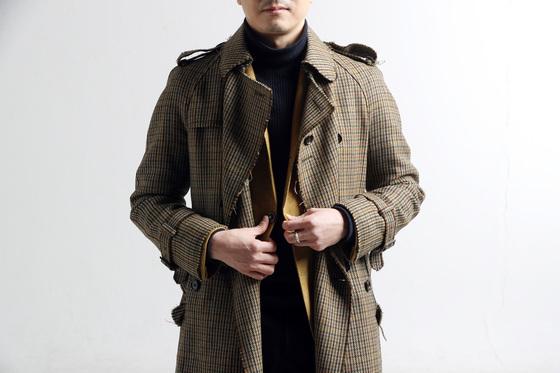 여기에 하나 더. 그 위에 비슷한 계열이지만 다른 색이나 무늬를 가진 외투를 덧입고 안쪽 재킷이 살짝 보이도록 한다. 다양한 컬러를 사용하면서도 통일감이 있어 멋스럽다.