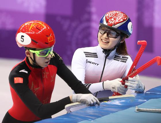 13일 강릉아이스아레나서 열린 2018 평창동계올림픽 여자 쇼트트랙 500m 준결승에서 올림픽 신기록(42초422)을 세우며 결승에 진출한 한국의 최민정(오른쪽) 선수가 밝게 웃고 있다. 반칙으로 실격돼 결승 진출에 실패한 중국의 판커신 선수의 어두운 표정과 대조적이다. 하지만 이어 열린 결승에선 최민정 선수가 반칙으로 실격 판정을 받았다.[중앙포토]