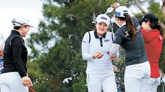 고진영이 지난 18일 LPGA 투어 호주여자오픈에서 우승한 후 동료들의 축하를 받고 있다. 고진영은 LPGA 사상 67년만에 투어 데뷔전에서 우승한 루키가 됐다. 고진영은 안시현-이지영-홍진주-백규정으로 이어지는 한국 여자 골프 신데렐라 중 처음으로 LPGA 회원이 되어 우승을 기록했다. [사진 골프 오스트렐리아]