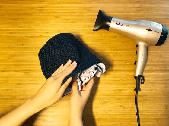 신문지를 한장씩 뭉쳐 모자 안에 넣고 모양을 잘 잡는다. 보통 크기의 비니라면 3장 정도가 적당하다.