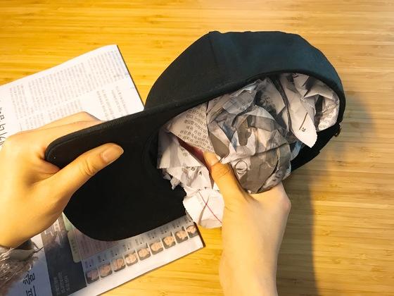 마르면서 형태가 틀어지지 않도록 안에 신문지를 뭉쳐 넣는다.