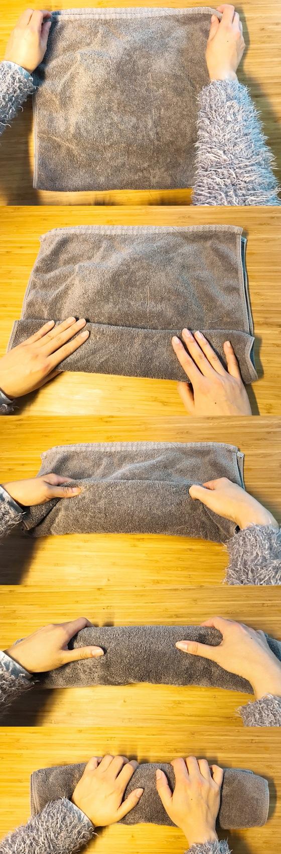 수건을 반으로 접고, 밑에서부터 조금씩 접어 올려 김밥 말듯 둘둘 만다. 손으로 수건 두루마리 위를 꾹꾹 눌러주면 모자의 물기가 잘 빠진다.