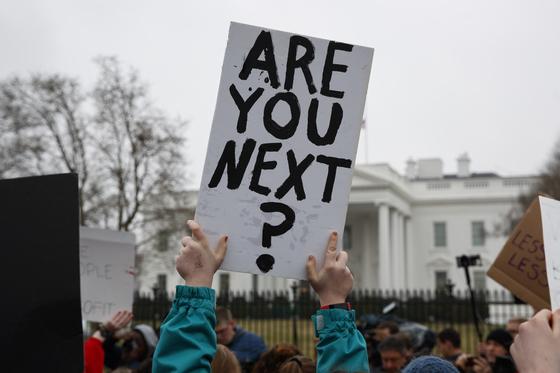 19일(현지시간) 백악관 앞에서 10대 주도로, 총기 규제를 주장하는 시위가 열렸다. [AP=연합뉴스]