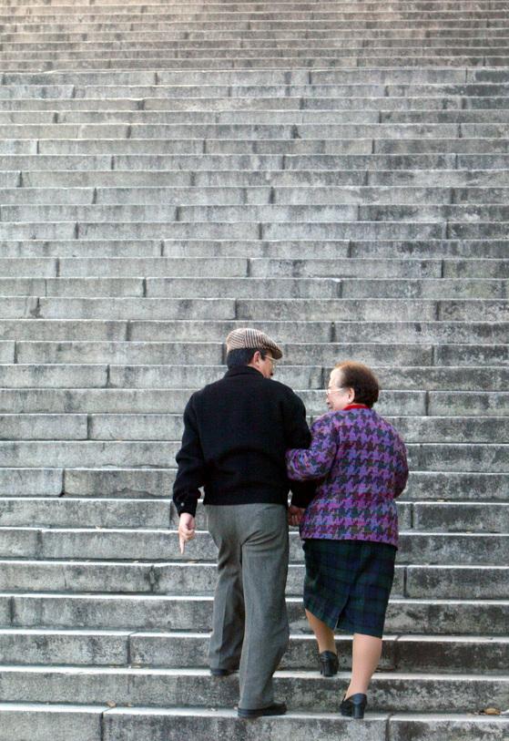 노부부가 정답게 산책을 하고 있다. [중앙포토]