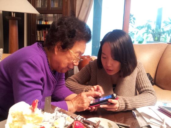 김길태 할머니가 손녀에게 카카오톡 사용법을 배우고 있다. [사진 김길태]