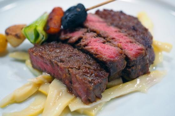 죽순채를 바닥에 깔고 차린 통 등심구이. 여러 가지 채소로 꼬치구이로 곁들여 고기와 채소의 조화를 도모했다. [사진=임상진 SL안과 원장]