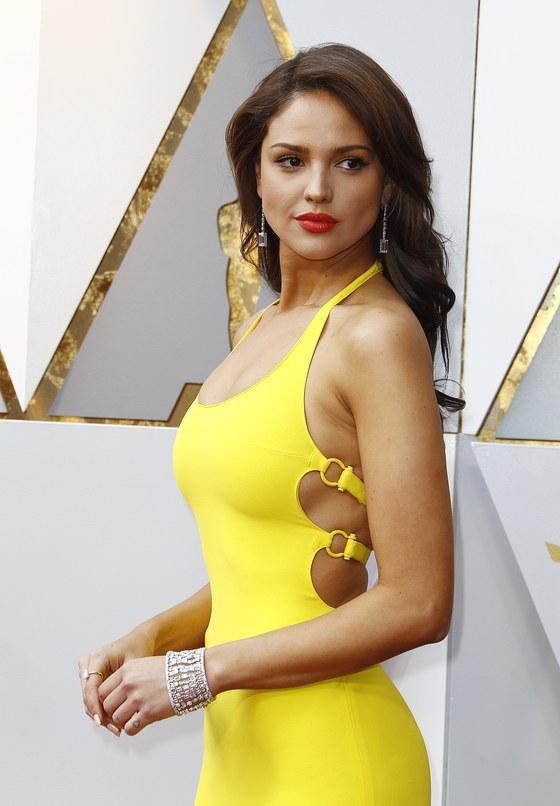 랄프 로렌의 노란색 드레스를 입고 등장한 에이사 곤살레스. [사진 EPA]