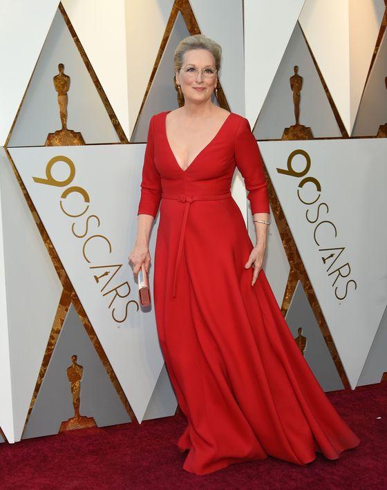 올해 21번째 여우주연상 후보에 오른 배우 메릴 스트립은 디올의 빨간색 드레스를 입고 아카데미 시상식에 참석했다. [사진 연합뉴스]