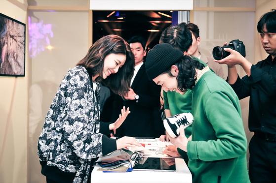 오니츠카 타이거 2018 SS 컬렉션 론칭 현장에서 '커스텀 오더'를 체험해보는 사람들. [사진 오니츠카 타이거]