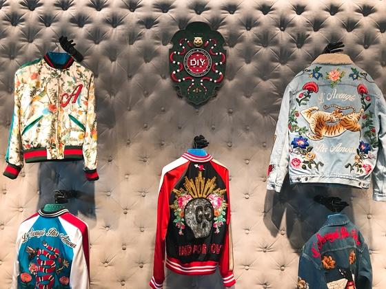 슈트만 맞춤 제작하는 것이 아니다. 봄버 재킷이나 데님 재킷에도 내가 원하는 디자인을 입힐 수 있다. 유지연 기자
