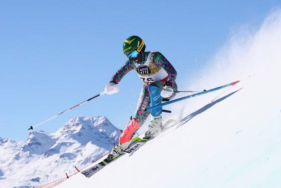 지난 2월 알파인 스키 세계선수권 회전 종목에서 힘차게 슬로프를 내려오는 케냐 알파인 스키 선수 사브리나 시마더. 시마더는 한국기업의 도움을 받아 평창올림픽에 출전했다. [사진제공=엔트리 컨설팅 그룹]
