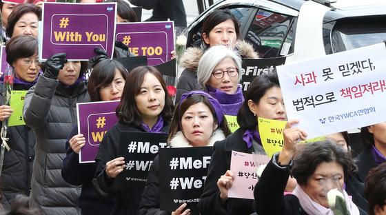 세계 여성의 날인 8일 보라색 스카프를 한 한국YWCA연합회원들이 서울 명동에서 행진하고 있다. [우상조 기자]