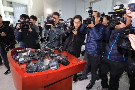 정무비서 성폭행 폭로와 관련해 8일 충남도청에서 입장 발표를 하려던 안희정 전 충남지사가 기자회견을 취소했다. 취재진이 단상에 놓여있는 방송용 오디오를 촬영하고 있다. [연합뉴스]