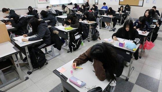 8일 오전 서울 은평구 신도고등학교에서 고3학생들이 2019학년도 대학수학능력시험의 첫 척도가 되는 3월 전국연합학력평가 시험준비를 하고 있다. [뉴스1]