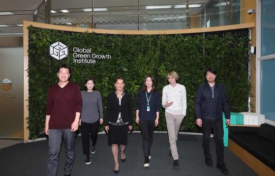 댜양한 국적의 글로벌녹색성장연구소(GGGI) 직원들이 지난 7일 업무 이야기를 나누며 사무실 밖으로 나가고 있다.  김상선 기자