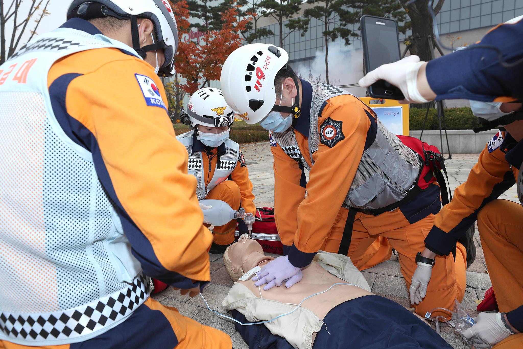 심폐소생술 훈련을 하고 있는 소방관들. 의료진이 SFTS 환자에게 심폐소생술 등 응급 처치를 할 때에는 마스크와 장갑 등 개인보호장비를 착용하는 게 좋다. [연합뉴스]