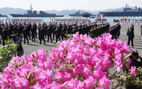 제72기 해군사관생도 졸업및 임관식이 열린 13일 경남 창원시 진해구 해군사관학교 연병장 단상에 진달래 화분이 등장해 완연한 봄을 알리고 있다.송봉근 기자