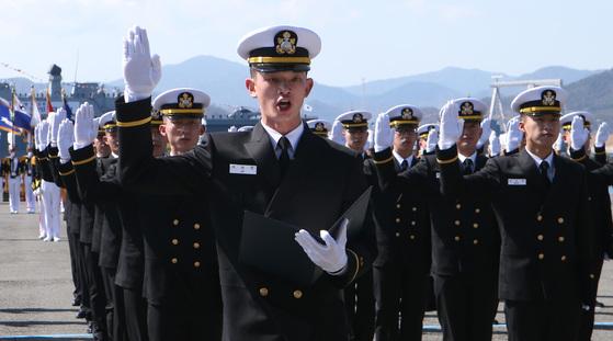 제72기 해군사관생도들이 졸업및 임관식에서 임관 선서를 하고 있다.송봉근 기자