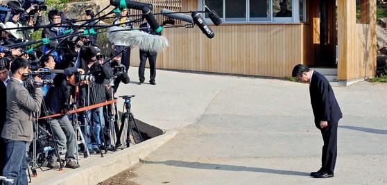2009년 4월 30일 노무현 전 대통령이 검찰에 출두하기 전 경남 김해시 봉하마을사저 앞에서 고개를 숙이고 대국민 사과의 뜻을 밝히고 있다.[중앙포토]