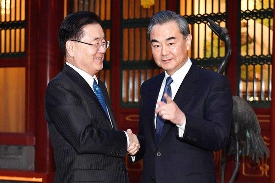 정의용 국가안보실장(왼쪽)은 12일 중국 국빈관 댜오위타이에서 왕이 외교부장을 만났다. [AP=연합뉴스]