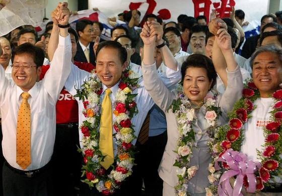 이명박 전 대통령이 2002년 6월 지방선거에서 서울시장으로 당선된 후 기뻐하고 있다.[중앙포토]