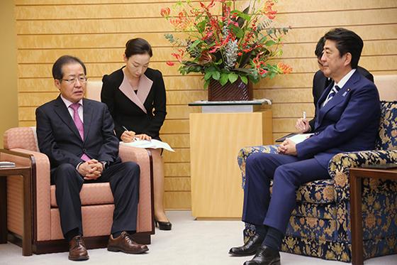 홍준표 자유한국당 대표가 지난해 아베 총리를 예방했을 때는 의자 모양과 높이가 달랐다. [로이터=연합뉴스]