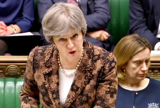 """지난 12일(현지시간) 테레사 메이 영국 총리가 '전직 러시아 이중스파이 암살시도 사건'과 관련 '러시아가 개발한 군사용 신경작용제에 공격 당한 것""""이라며 러시아 정부를 배후로 지목했다. [AFP=연합뉴스]"""